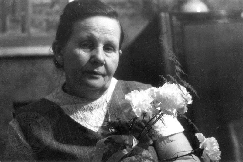 Stanisława Leszczyńska Auschwitx midwife with flowers